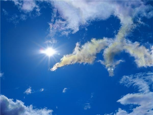 Tia nắng hợp với mây trời tạo thành hình dáng một chú cá sấu bơi lội giữa nền trời.(Ảnh: Internet)