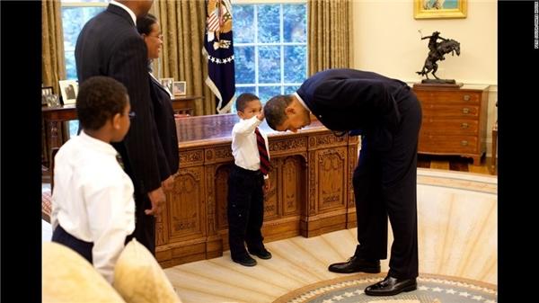 Sự thật đằng sau chuyện tổng thống Obama cúi đầu trước cậu bé 5 tuổi