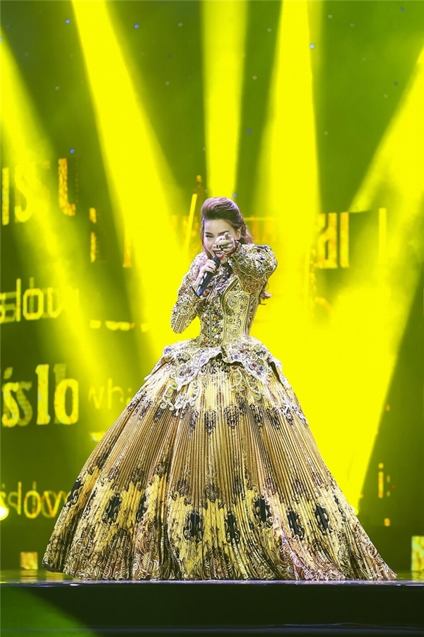 Nữ ca sĩ hóa thân thành công nương phương Tây trong thiết kế bồng xòe màu vàng kim của nhà thiết kế Nguyễn Công Trí, người anh đồng hành cùng Hồ Ngọc Hà trong hơn 10 năm qua. Thiết kế gây ấn tượng khi kết hợp nhiều chất liệu, chi tiết đính kết.