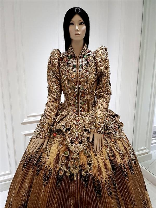 Cận cảnh bộ váy được nhà thiết kế Công Trí chia sẻ trên trang cá nhân. Loạt đá quý, ngọc trai, sequins đính kết tạo họa tiết khiến người xem không khỏi trầm trồ, xuýt xoa.