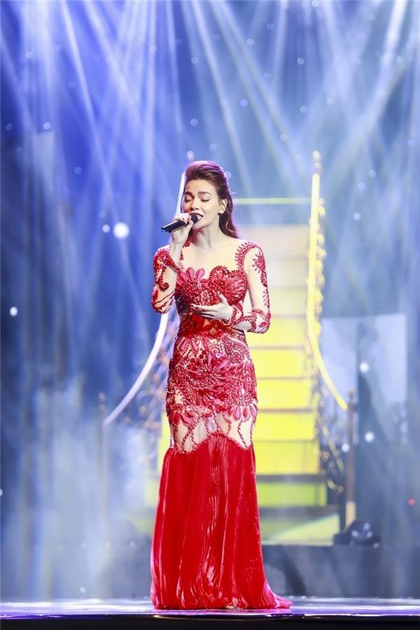 Không thể rời mắt với loạt váy áo của Hồ Ngọc Hà trong liveshow