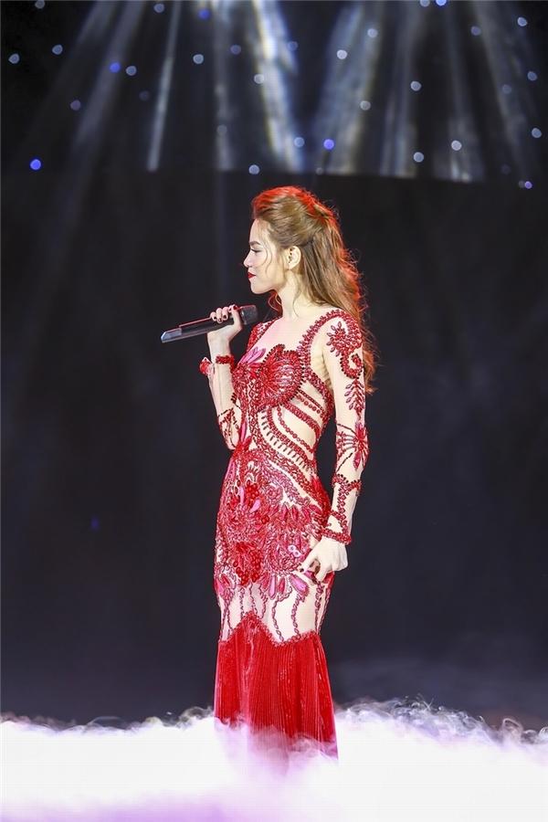 Hồ Ngọc Hà khoe trọn đường cong trên cơ thể với dáng váy ôm sát trên nền chất liệu xuyên thấu. Thiết kế trông như một bức tranh với hàng loạt chi tiết đính kết với sắc đỏ nồng nàn, quyến rũ.