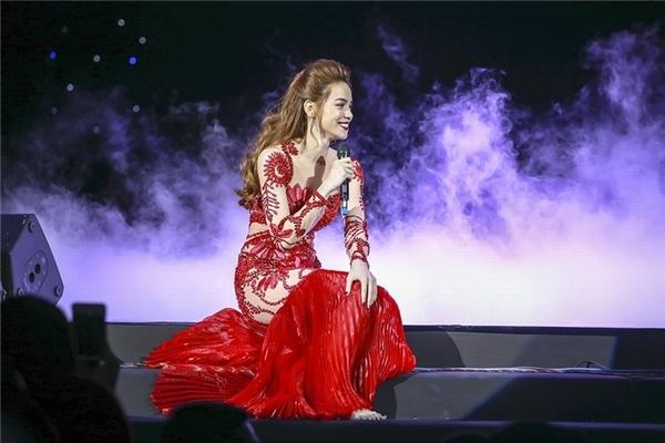 Phần chân váy được thực hiện trên nền lụa mềm mại kết hợp chi tiết dập li làm tăng thêm sự thanh thoát, điệu đà cho Hồ Ngọc Hà.