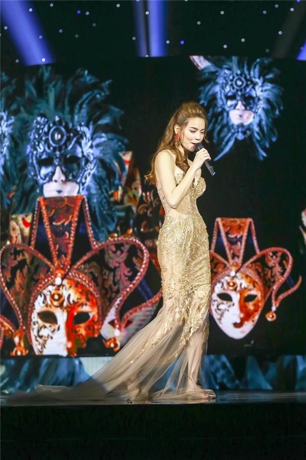 Bộ váy thứ sáu mà Hồ Ngọc Hà diện trong liveshow là thiết kế đuôi cá, cúp ngực với tông màu vàng ngọt lịm. Thiết kế kết hợp ren, voan và loạt đá quý đính kết.