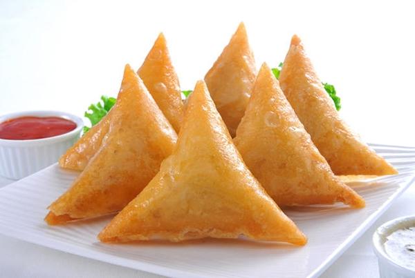 Samosas là món bánh truyền thống của Ấn Độ, được làm từ khoai tây nghiền và đậu Hà Lan. Người dân nước này thường ăn một ít lót dạ trước khi vào xem phim.