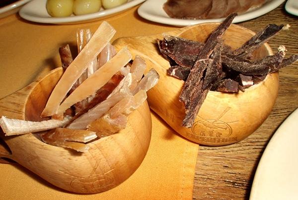 Ở Na Uy, người ta chẳng lạ gì món hươu khô sang chảnh được bày bán như đồ ăn vặttrong các rạp phim.