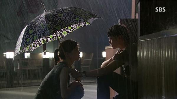Park Soo Ha không nói gì mà chỉ che dù choJang Hye Sung. (Ảnh: Internet)