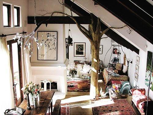 """Nổi bật trên nền màu đen trắng chủ đạo, thân cây """"gỗ"""" khiến căn nhà trông thậtrạng rỡ và tươi mới."""