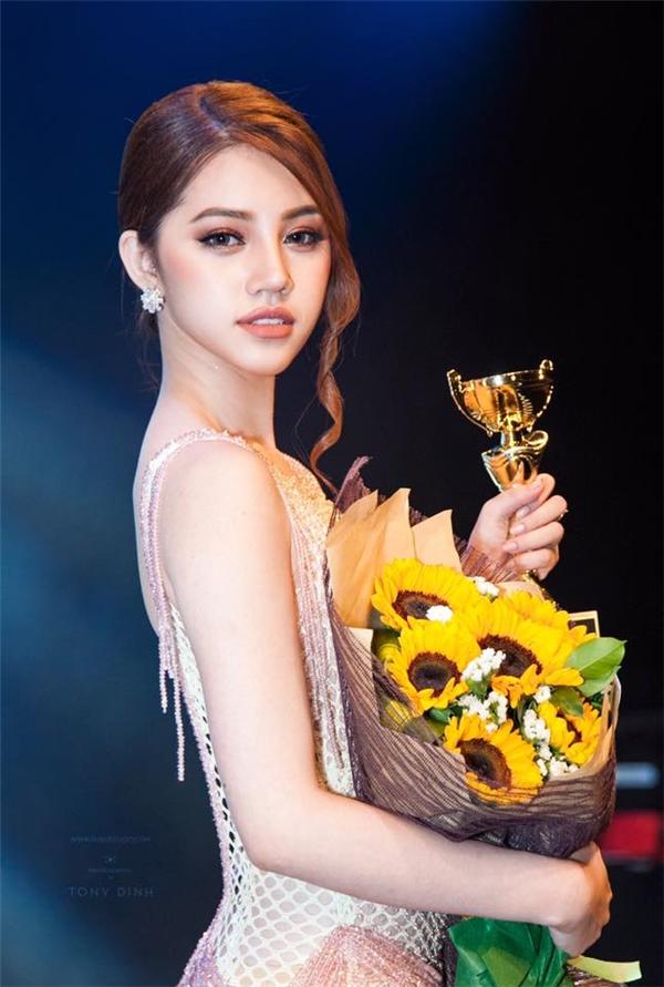 """""""Lily Maymac Việt Nam"""" bị nghi ngờ """"dao kéo"""" để đẹp như hiện tại"""