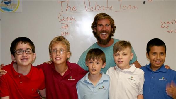 Học sinh của Chris là những em nhỏ có bệnh lí đặc biệt:tự kỉ, chấn thương sọ não, hội chứng bất lực về ngôn ngữ, bất sản thể chai.(Ảnh: Internet)