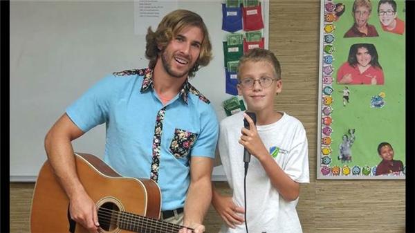Các em học sinh với hội chứng tâm lí đặc biệt được hưởng mọi hoạt động học tập, vui chơi như bao đứa trẻ khác tại lớp của Chris.(Ảnh: Internet)