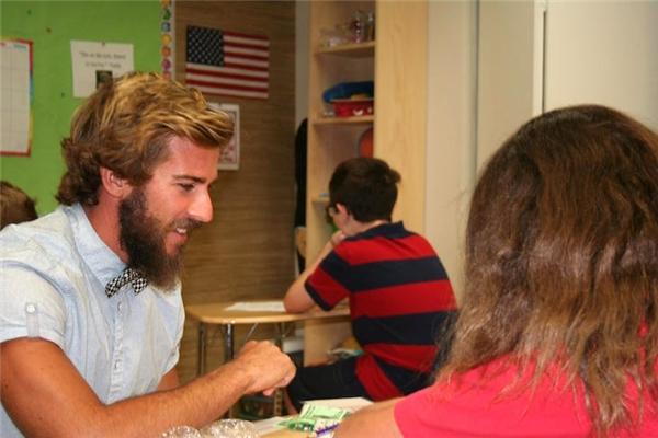 Thầy Chris động viên và gắn bó với từng em học sinh có hoàn cảnh đặc biệt trong lớp.(Ảnh: Internet)