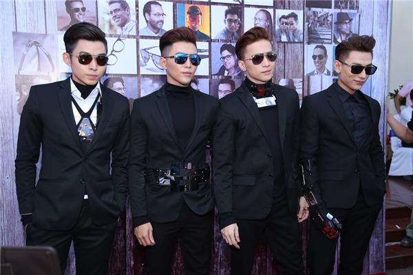 4 chàng trai cùng diện vest đen lịch lãm, cá tính. - Tin sao Viet - Tin tuc sao Viet - Scandal sao Viet - Tin tuc cua Sao - Tin cua Sao