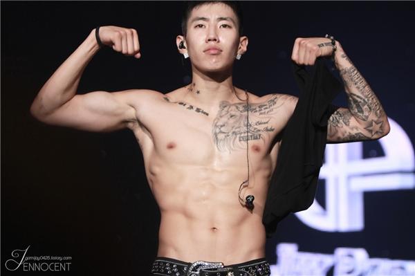 """Jay Parksở hữu thân hình """"hạt tiêu"""" khi còn là thực tập sinh của JYP nhưng khi ra mắt với tư cách trưởng nhóm của2PM, anh chàng đã khiến nhiều người """"há hốc"""" với thân hình vạm vỡ đầy quyến rũ của mình."""