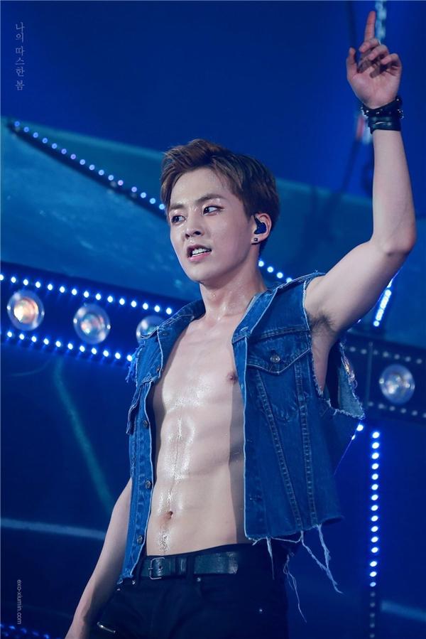 Anh cả EXO, Xiumin, là người tiên phong trong công cuộc cải thiện thân hình. Trái với gương mặt trẻ con, nam thần tượng sở hữu cơ bụng 6 múi đầy quyến rũ.