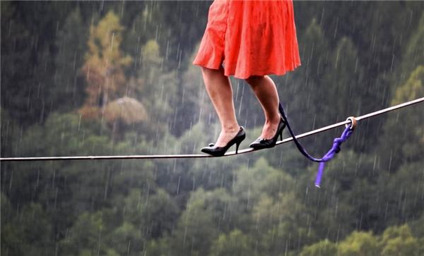 Faith là một nghệ sĩ đi trên dây thăng bằng chuyên nghiệp và đồng thời là người giữ hàng loạt kỉ lục đi trên dây trên thế giới. Nhiều người đến nổi da gà khi chứng kiến cảnh côđi trên dây bằng giày cao gót qua một vách núi cao ở cộng hòa Séc.