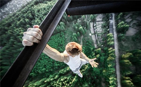 Anh chàngOleg Cricketquyết định xóa đi nỗi sợ hãi bằng cách treo mình và chụp hình ở những tòa nhà chọc trời. Trong bức ảnh, anh tự treo mình từ mái nhà cách mặt đất hàng trăm mét mà không cần dụng cụ bảo hiểm gì.