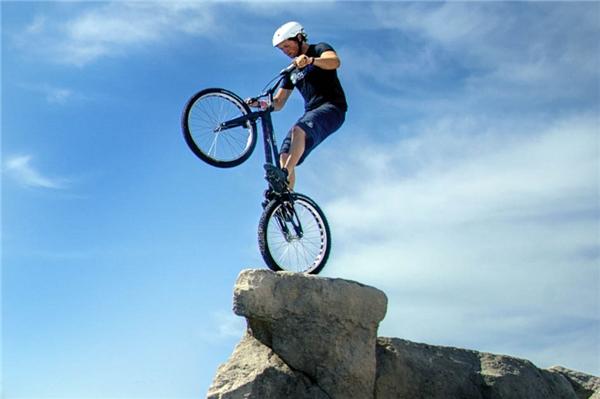Joe Seddon, 19 tuổi vận động viên người Anh không màng đến cái chết biểu diễn cân bằng xe đạp ở một vách núi cheo leo, hiểm trở.