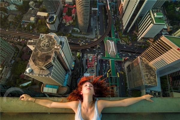 """Một cô gái đang thả lỏng cơ thể mình, tận hưởng cảm giác """"phiêu"""" cùng cơn gió ở tòa nhà cao 78 tầng."""