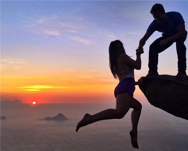 Leonardo Edson Pereira23 tuổivà Victoria Medeiros Nader 18 tuổichụp ảnh ởvách đá cao hơn 800m mà không có biện pháp bảo vệ nào. Họ cho rằng khi liều lĩnh như thế, họ có cảm giác được sống, được tồn tại.