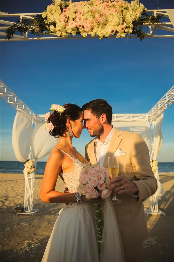 """Những thước phim ghi lại hình ảnh đám cưới màu trắng đẹp tuyệt trần của """"chân dài"""" làng mẫu Việt thực sự khiến người xem cảm thấy hạnh phúc, ấm áp. - Tin sao Viet - Tin tuc sao Viet - Scandal sao Viet - Tin tuc cua Sao - Tin cua Sao"""