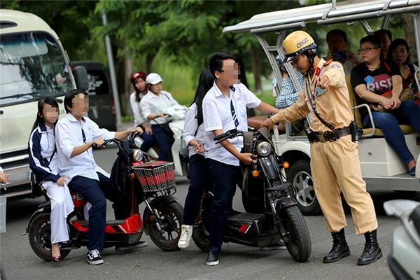 Các mức phạt vi phạm giao thông mới nhất đối với người điều khiểnxe gắn máy đã tăng lên 50.000đ, 100.000đ cho các lỗi thường gặp.