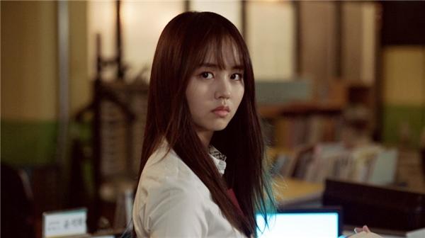 Kim Hyun Ji bất ngờ chết oan bởi một vụ tai nạn giao thông vào 5 năm trước. Do mất trí nhớ nên cô nàng không cam tâm siêu thoát, thay vào đó luôn quanh quẩn ngôi trường cũ.
