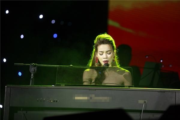 Hà Hồ vừa chơi piano vừa hát Em ơi Hà Nội phố. - Tin sao Viet - Tin tuc sao Viet - Scandal sao Viet - Tin tuc cua Sao - Tin cua Sao