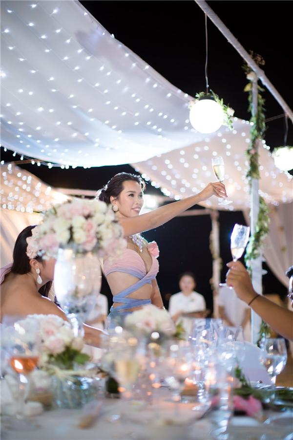 Tiệc tối được tổ chức tại khu resort ẩm thực vô cùng nổi tiếng của Đà Nẵng, chính vì vậy mà thực đơn cho khách được siêu mẫu Hà Anh cùng chồng đích thân chọn lựa. - Tin sao Viet - Tin tuc sao Viet - Scandal sao Viet - Tin tuc cua Sao - Tin cua Sao