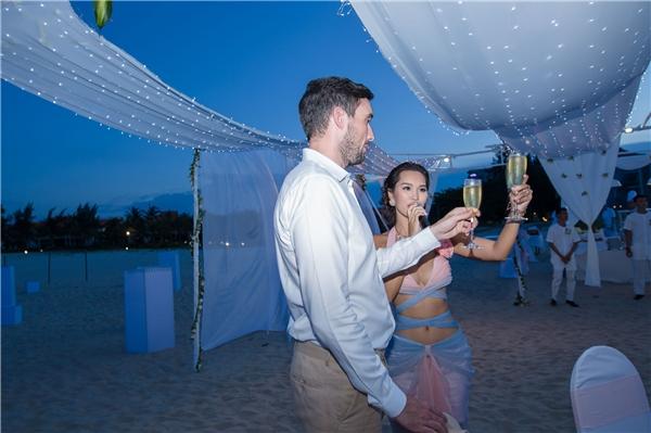 Vợ chồng Hà Anh nâng ly rượu mừng, bày tỏ lòngcảm ơn các khách mời đã đến chung vui. - Tin sao Viet - Tin tuc sao Viet - Scandal sao Viet - Tin tuc cua Sao - Tin cua Sao