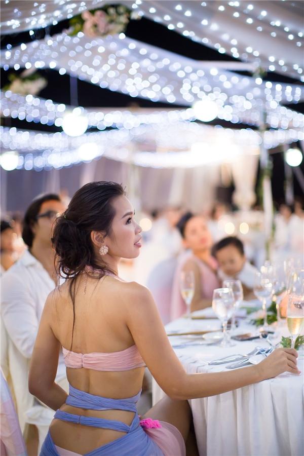 """Nữ siêu mẫu nổi tiếng với thân hình """"đồng hồ cát"""" diện trang phục gợi cảm quyến rũ tham dự buổi tiệc. - Tin sao Viet - Tin tuc sao Viet - Scandal sao Viet - Tin tuc cua Sao - Tin cua Sao"""