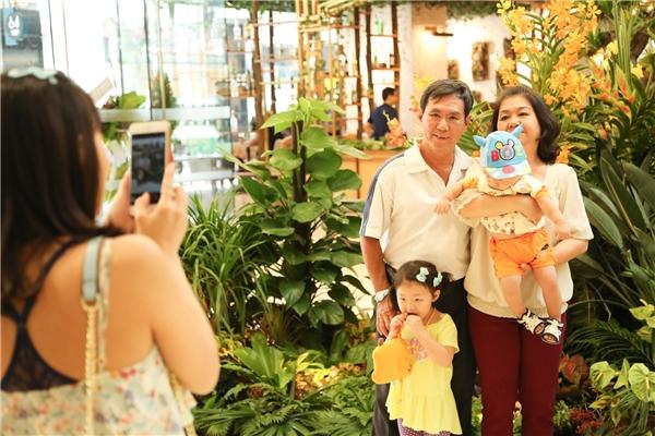 Tuy chỉ mới mở cửa đón khách nhưng Saigon Centređã vô cùng đông vui, nhộn nhịp.(Ảnh: Lê Huy)