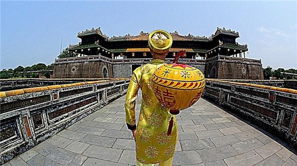 Thích thú trong trang phục truyền thống của người Việt Nam tại Huế.