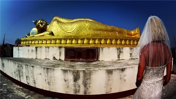 Tượng Phật nằm ở Lào.