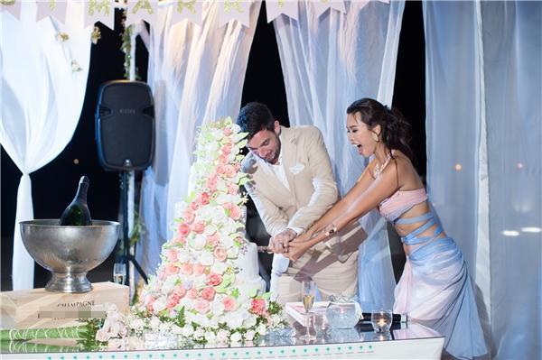Đặc biệt chiếcbánh cưới củaHà Anh đượclàm thủ công bằng tay và gắn kế kết tỉ mỉ với 100 bông hoa trên bánh. - Tin sao Viet - Tin tuc sao Viet - Scandal sao Viet - Tin tuc cua Sao - Tin cua Sao