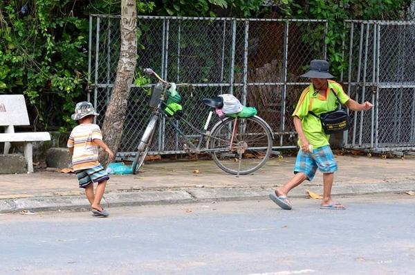 Bức ảnh định nghĩa hạnh phúc: 2 cha con nghèo bán vé số nghỉ chân trên vỉa hè sau cuộc mưu sinh