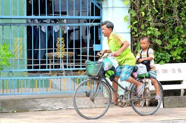 Nghỉ ngơi một lúc 2 cha con lại đèo nhau đi trên chiếc xe đạp cũ, vì hoàn cảnh nên người cha phải dắt đứa con bé xíu đi cùng trên khắp nẻo đường mưu sinh.