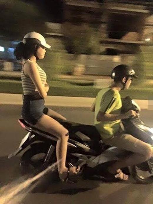 """Khi khoảng cách đôi ta dài thêm dài. Chàng trai nàythật là """"siêu nhân"""" khi ngồi trên khung xe mà vẫn có thể đèo bạn gái đi cả đoạn đường dài. (Ảnh: Internet)"""