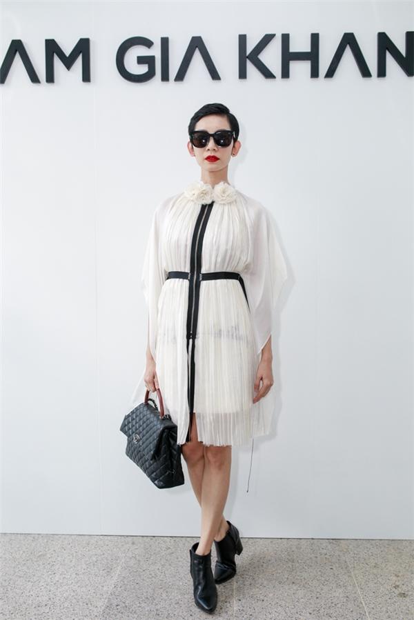 Siêu mẫu Xuân Lan kết hợp loạt phụ kiện màu đen tương phản với sắc trắng tinh khôi của váy voan lụa mềm mại.
