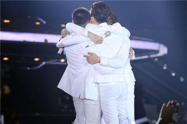 """Cái ôm cuối cùng trên sân khấu các chàng trai dành cho nhau với lời kết: """"Mãi mãi là anh em!"""" - Tin sao Viet - Tin tuc sao Viet - Scandal sao Viet - Tin tuc cua Sao - Tin cua Sao"""