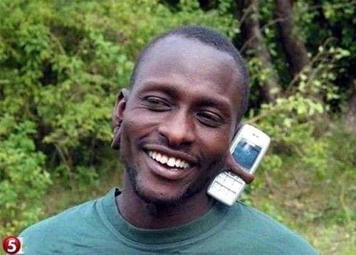 Alo, tay anh bận thái hành rồi, đành nhờ tai em giữhộ điện thoại nhé!