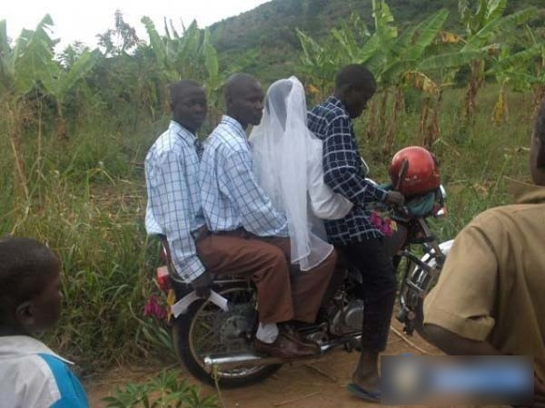 Cô dâu được hộ tống bởi chú rể và... phụ rể rất nhiệt tình.
