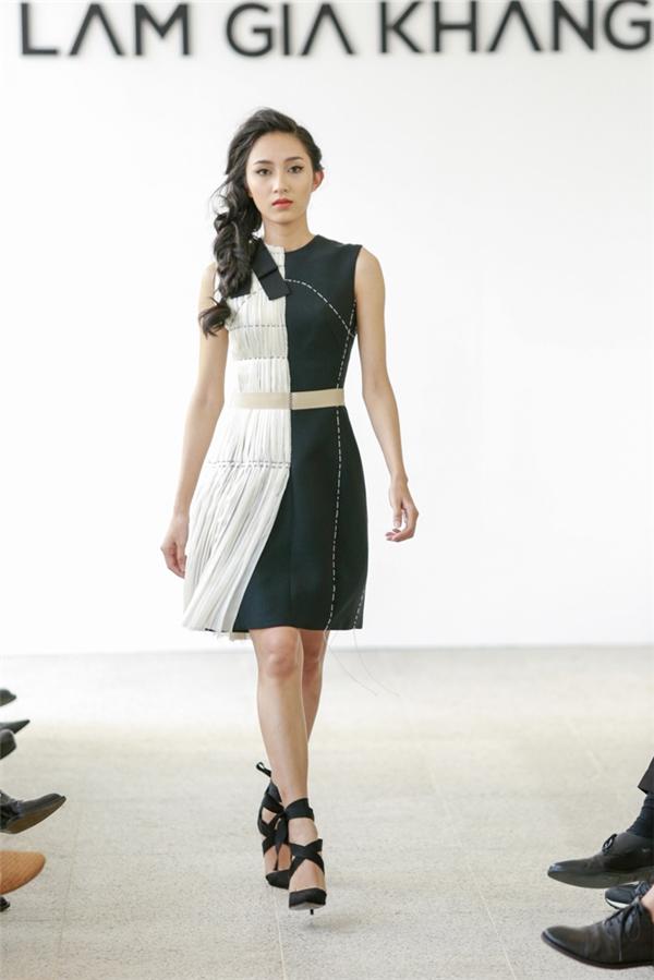 Thu Hiền diện thiết kế được thực hiện trên nền voan lụa mềm mại với hai sắc màu trắng, đen tương phản. Những bước chân của cô nàng ngày càng vững chắc hơn sau khi rời khỏi The Face.
