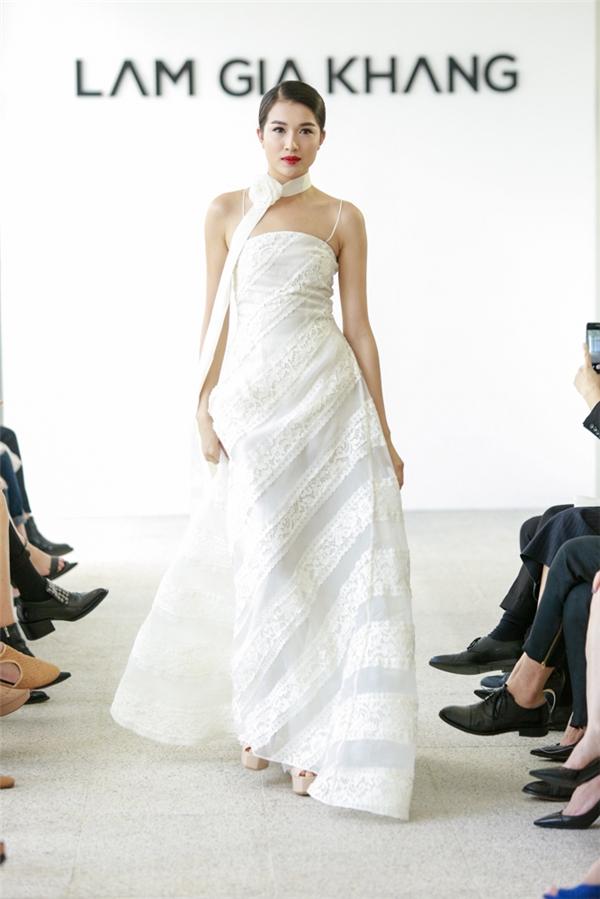 Vừa xuất hiện trên thảm đỏ với vai trò khách mời VIP, Á hậu Hoàn vũ Việt Nam 2015 Lệ Hằng cũng tham gia trình diễn. Cô diện bộ váy trắng cúp ngực, xòe rộng.