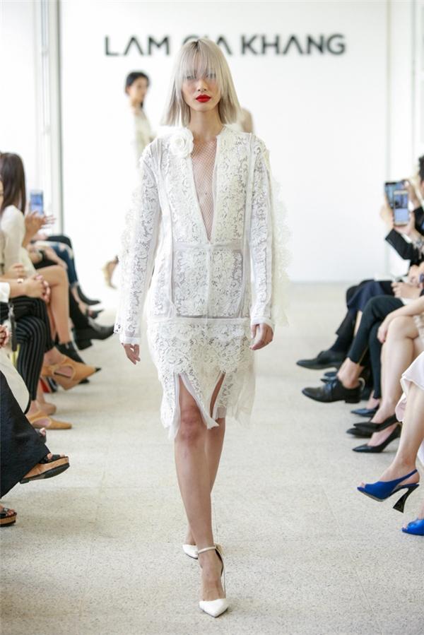 Bên cạnh những thiết kế mang tính ứng dụng, Lâm Gia Khang còn giới thiệu những chiếc váy trắng mang màu sắc váy cưới ngọt ngào, thanh lịch.