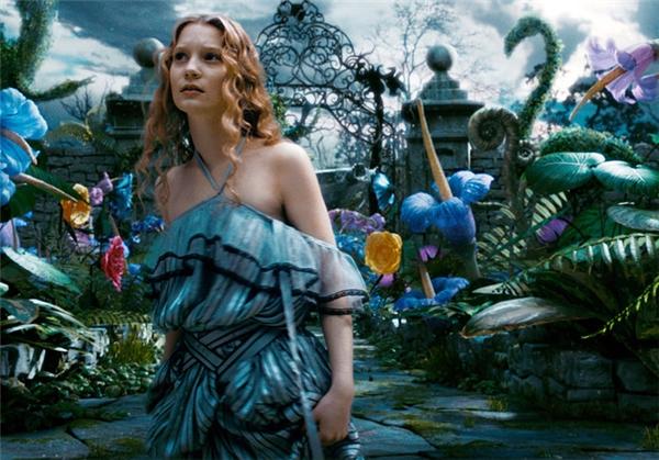 Alice lần nữa trở lại Wonderland để cứuMad Hatter.