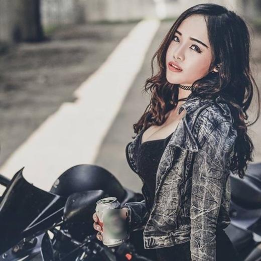 Ghé qua trang cá nhân của Khánh Chi, sẽ nhiều người phải ngỡ ngàng trước nhan sắc xinh đẹp và nóng bỏng của nàng Tấm Hà thành. Ngoài đời, Khánh Chi là một cô gái sắc sảo, cá tính, nổi loạn và đam mê nghệ thuật cosplay, kinh doanh giỏi.