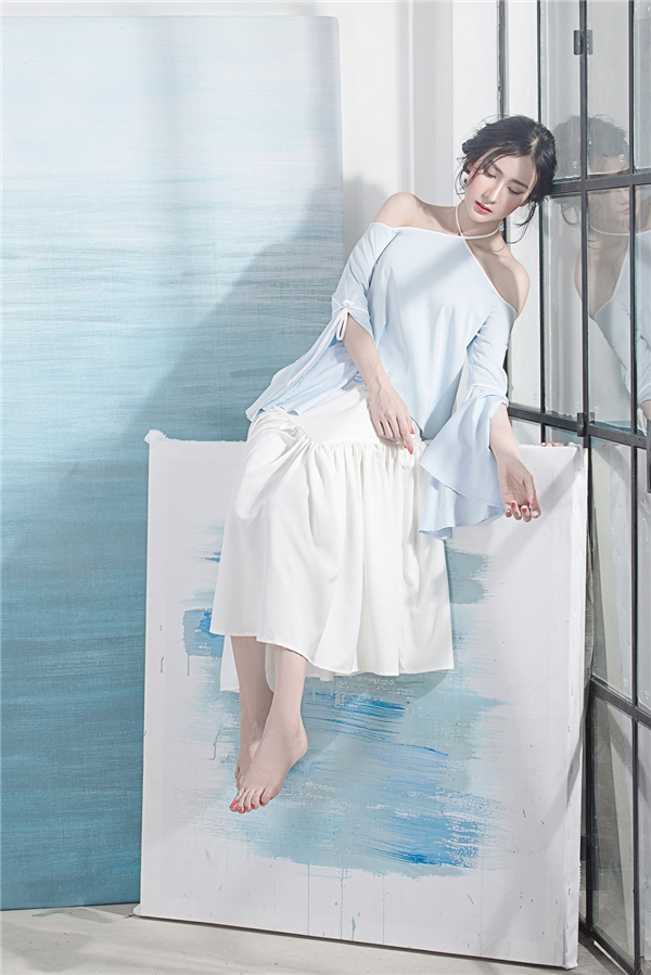 Đặc biệt, công thức kết hợp giữa áo phom rộng cùng chân váy xòe mang đến cảm quan thời trang hoàn toàn mới lạ.