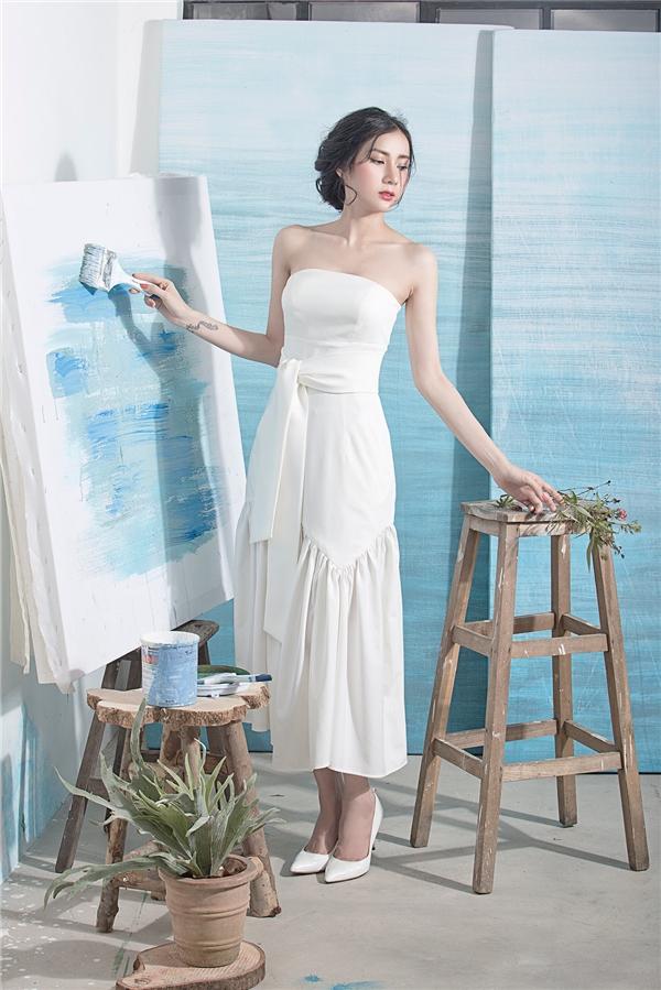 Phom váy xòe cúp ngực truyền thống được biến tấu mới lạ hơn nhờ đường cắt, chi tiếp xếp li, dún bèo bất đối xứng ở chân váy. Thiết kế này là một trong những gợi ý tuyệt vời cho các cô gái trong những buổi tiệc tùng sang trọng, đẳng cấp.