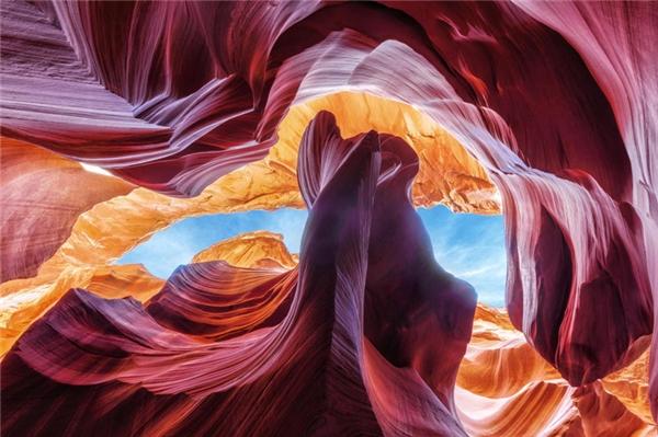 Arizona là lối vào một trong những khe núithú vị nhất ở Mỹ. Khenúi đáng kinh ngạc này đã được hình thành từhàng ngàn năm bởi sự tạo tác, điêu khắc củacác năng lượngnước và gió lênđá sa thạch, tạo thành kết cấuvà hình dạng mà chúng ta thấy được ngày nay.Cảnh quantrong Antelope Canyon thay đổi liên tục theo các chuyển động ánh sáng mặt trời, tạo ra bức tranhrực rỡ màu sắc, ánh sáng và bóng tối.
